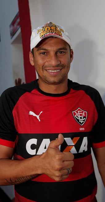 Neto Baiano foi recebido pela torcida e ganhou boné dos Imbatíveis. Contrato é até o final de 2015 - Foto: Margarida Neide   Ag. A TARDE