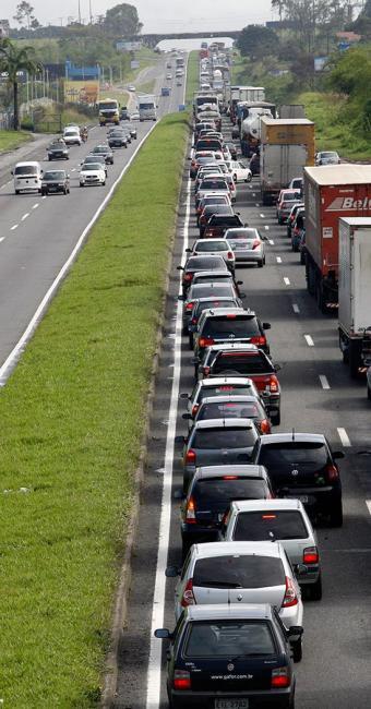 Engarrafamentos nas rodovias são um pesadelo para quem vai viajar - Foto: Gildo Lima | Ag. A TARDE