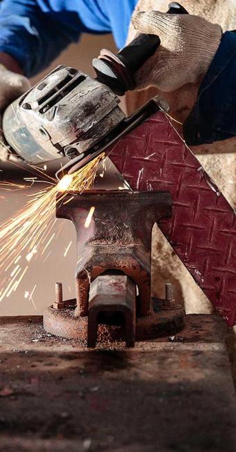 Função de serralheiro está entre as opções de vagas do ramo da construção civil - Foto: Foto: Rafael Martins | Sistema FIEB