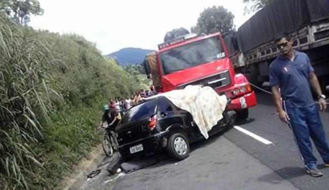 Acidente neste domingo envolveu um carro pequeno e um caminhão - Foto: Reprodução   Site O Tempo Jornalismo