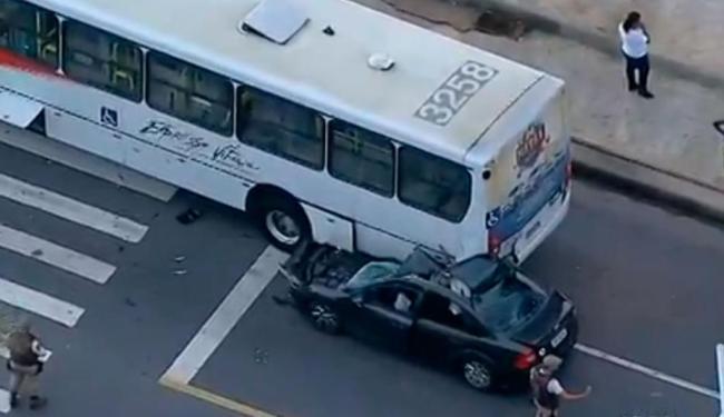 Carro bateu no fundo de um ônibus da empresa Expresso Vitória nesta manhã - Foto: Reprodução | TV Bahia