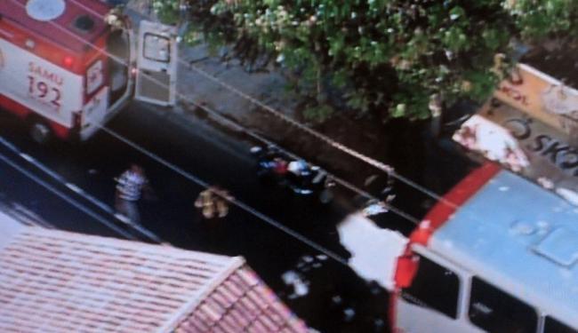 Equipe do Samu presta socorro à vítima que caiu do ônibus - Foto: Reprodução   TV