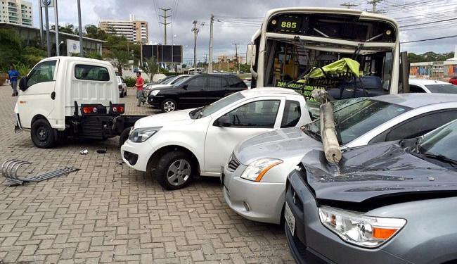 O coletivo subiu no canteiro da via e se chocou com três veículos que estavam estacionados - Foto: Luciano da Matta | Ag. A TARDE