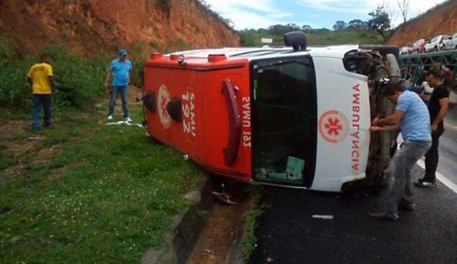 Ambulância tombou na pista após o motorista perder o controle do veículo - Foto: Reprodução | Blog Marcos Frahm