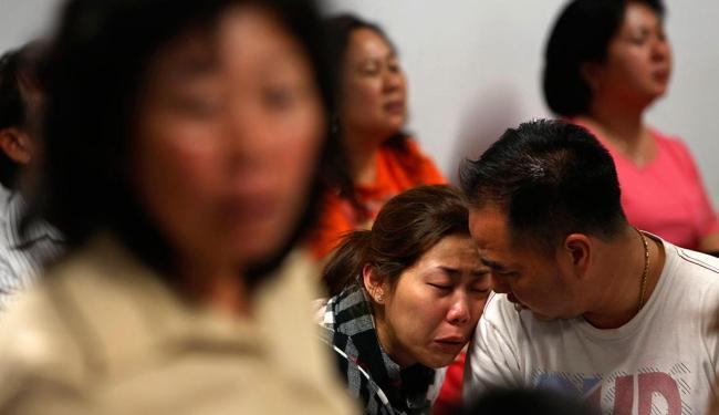Familiares dos passageiros aguardam informações sobre o voo AirAsia - Foto: Agência Reuters