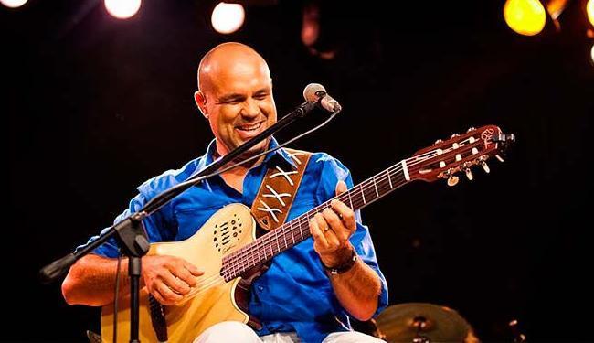 O cantor e compositor baiano Alexandre Leão faz show no domingo, às 17 horas - Foto: Raoni Libório | Divulgação