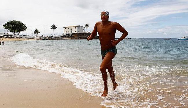 Allan já sente o clima da travessia na praia do Porto da Barra - Foto: Eduardo Martins | Ag. A TARDE