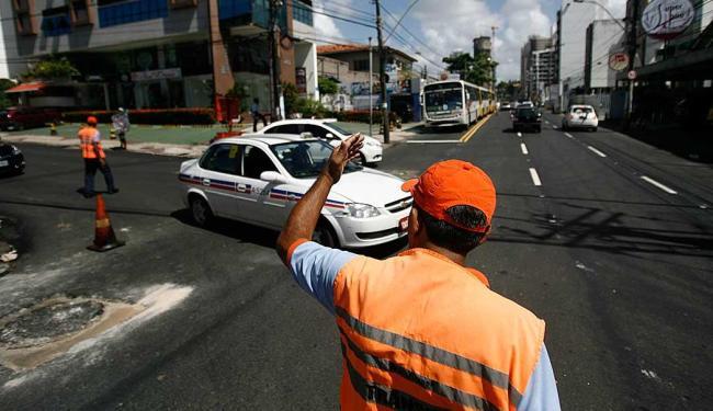 Agentes da Transalvador irão orientar motoristas no período em que o trânsito estiver modificado - Foto: Raul Spinassé   Ag. A TARDE