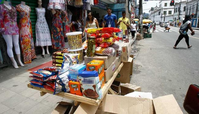 Ambulantes comercializam alimentos perecíveis fora das condições de conservação adequada - Foto: Luciano da Matta | Ag. A TARDE
