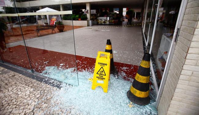 Bandidos explodiram os caixas eletrônicos durante a madrugada - Foto: Edilson Lima | Ag. A TARDE