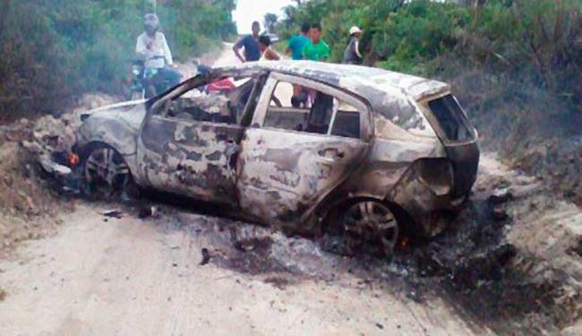 Bandidos queimaram um dos carros utilizados na fuga após o assalto - Foto: Reprodução | Calila Notícias