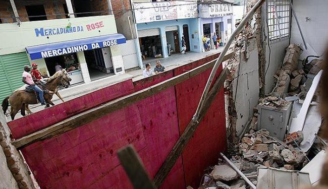 Parte da agência do BB na cidade (que já viveu dias mais pacatos) virou escombros - Foto: Luiz Tito   Ag. A TARDE