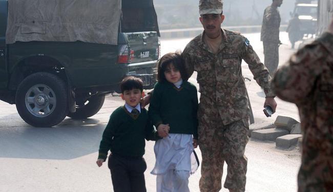 Crianças são resgatadas por militares após ataque em escola no Paquistão - Foto: Khuram Parvez | Agência Reuters