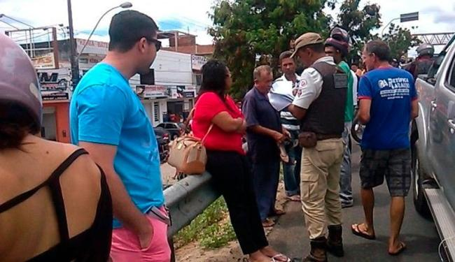 Juíza (de vermelho) é ouvida pelo policial após atropelamento - Foto: Reprodução   Site Maravilha Notícias