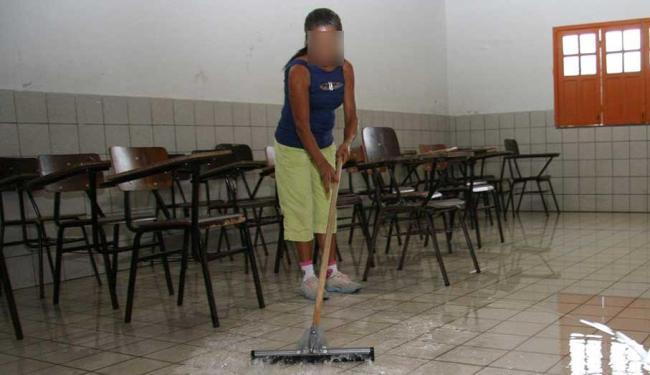 Auxiliar de limpeza conta com cinco vagas - Foto: Renata Carvalho | Ag. A TARDE Data: 28/11/2007