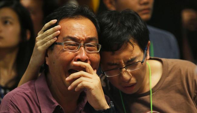 Familiares se emocionam ao saber que foram encontrados corpos das vítimas - Foto: Agência Reuters