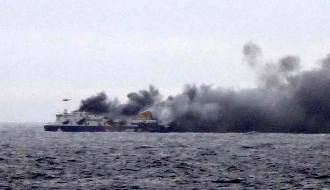 Balsa pegou fogo com 478 pessoas a bordo - Foto: Skai TV | Agência Reuters