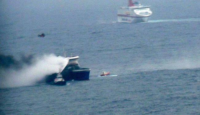 A retirada das vítimas foi completada no início da tarde e 427 pessoas foram resgatadas - Foto: Marina Militare   Agência Reuters