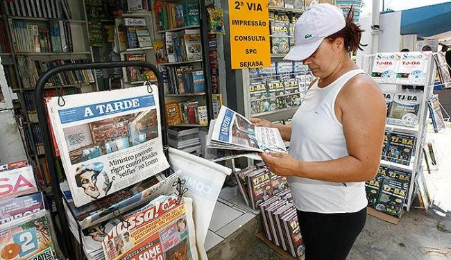Entre os leitores de jornais, 84% consomem o veículo em busca de informações - Foto: Luciano da Matta | Ag. A TARDE