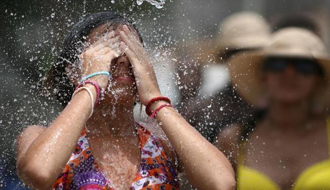 População tenta amenizar as temperaturas elevadas com banho e lazer na praia - Foto: Raul Spinassé | Ag. A TARDE | 08.01.2012