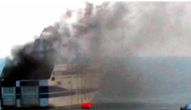 Barco pegou fogo quando saía da Grécia em direção à Itália - Foto: Reprodução   Rai News