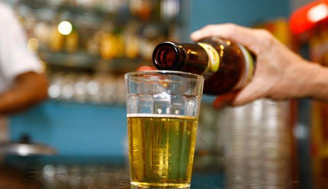 O uso habitual de álcool foi de 36,3% para eles e 13% para elas - Foto: Joá Souza | Ag. A TARDE