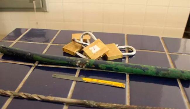 Os fugitivos utilizaram uma barra de ferro para escapar pelo teto da delegacia - Foto: Lay Amorim | Site Brumado Notícias