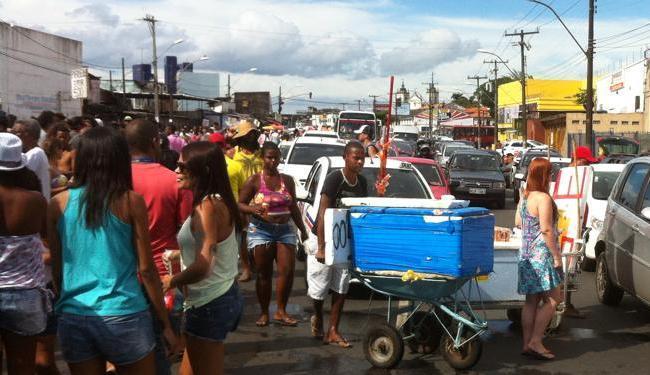 Ambulantes e visitantes tomam conta da via, atrapalhando os motoristas - Foto: Reprodução   Facebook