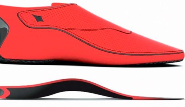 O calçado é vendido acompanhado de baterias e de um carregador universal - Foto: Reprodução