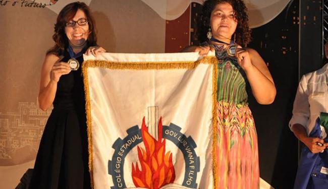Camila Conceição (dir.) e a professora Márcia Almeida recebem prêmio em Brasília - Foto: Hugo Barreto | Divulgação