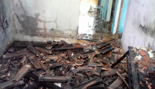 Revoltados, moradores atearam fogo na casa de Ismael, assassino de Cassiane - Foto: Reprodução   Site TeixeiraNews