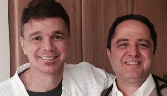 Em foto publicada em agosto, Netinho posa ao lado de um dos médicos - Foto: Reprodução | Facebook