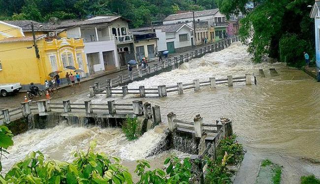 Em Ituberá, a água cobriu uma ponte, provocando transtorno e medo nos moradores - Foto: Reprodução