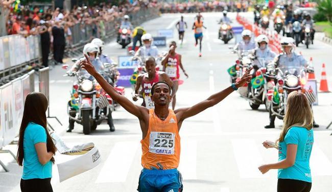 Dawit Admasu garantiu o primeiro lugar no pódio com 45min04s de prova - Foto: Divulgação