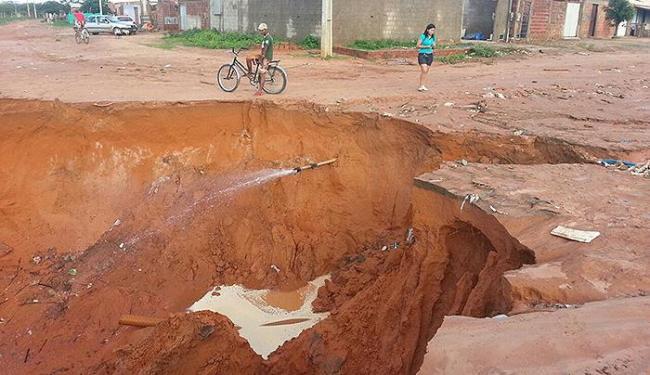 Terreno arenoso facilitou erosão, que resultou em um buraco de cinco metros de profundidade - Foto: Divulgação l Blog do Sigi Vilares