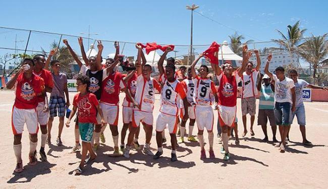 Os garotos do futebol e várzea comemoram título - Foto:   Ag. A TARDE
