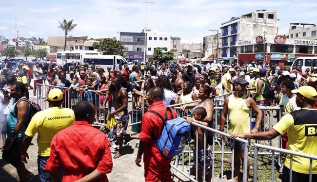 Baianos chegaram cedo para formar a fila em frente ao equipamento onde estavam as 3 mil latinhas - Foto: Divulgação