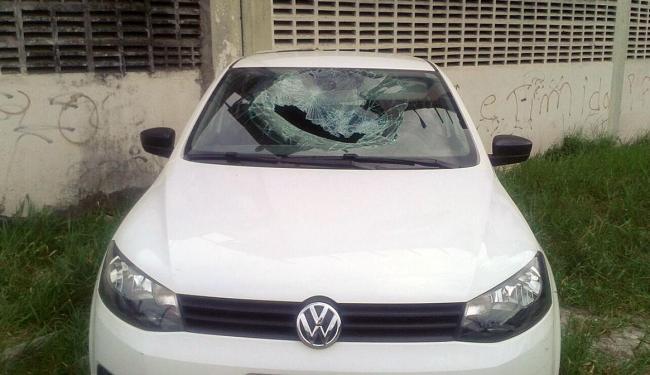 Parte do telhado atingiu carro estacionado no local - Foto: Raul Spinassé | Sincotelba