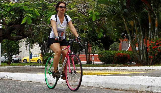 Márcia Meneses percebeu que as dores que sentia na coluna diminuíram após o uso constante da bike - Foto: Eduardo Martins | Ag. A TARDE