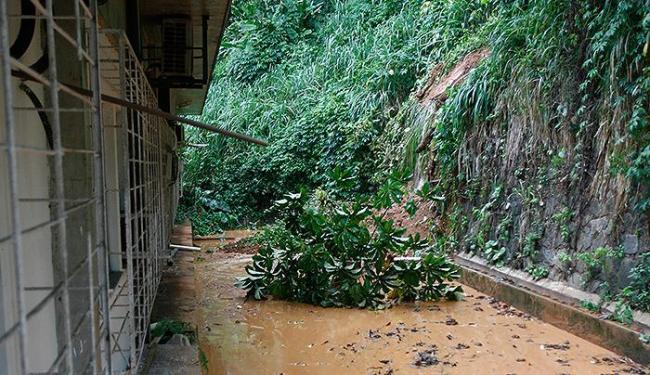 Área dos fundos do edifício da Facom ficou cheia de lama e vegetação após o deslizamento - Foto: Fernando Amorim | Ag. A TARDE