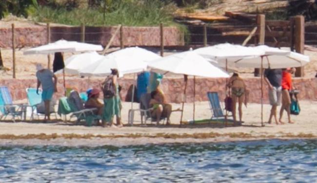Praia ganhou guarda-sóis para abrigar comitiva - Foto: Ed Ferreira | Estadão Conteúdo