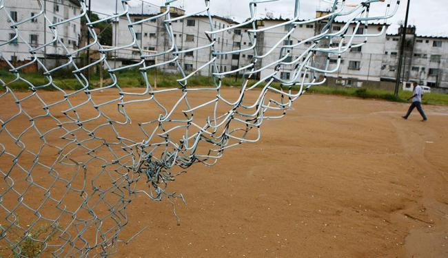 Em Fazenda Grande IV, moradores convivem com erosão e alambrado partido - Foto: Marco Aurélio Martins | Ag. A TARDE