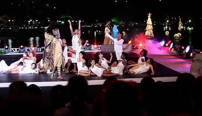 Elenco em ação no espetáculo natalino público montado no Dique do Tororó nesta sexta-feira - Foto: Mila Cordeiro | Ag. A TARDE