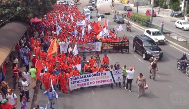 Transalvador estima que 2.500 pessoas participam da passeata - Foto: Felipe Fonseca   Ag. A TARDE