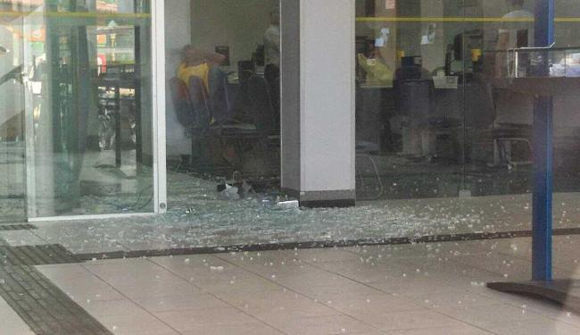Assaltantes causaram pânico na população local ao atirar contra quartel e viatura da PM - Foto: Foto: Portal Cleriston Silva