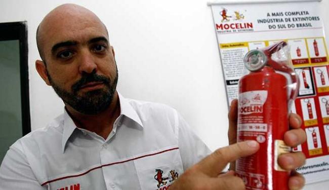 Lindomar Seidenstuker, proprietário de loja especializada, exibe novo equipamento - Foto: Luciano da Matta | Ag. A TARDE