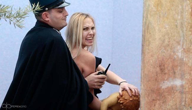 A mulher entrou na praça enquanto o papa lia sua mensagem de Natal - Foto: Femen Org | Reprodução