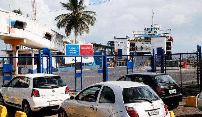 Sete embarcações operam em esquema de bate e volta - Foto: Carlos Casaes Ag. A TARDE