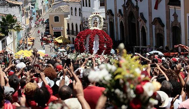 Multidão seguiu o cortejo, que saiu do Pelô, e incluiu a tradicional parada no quartel dos bombeiros - Foto: Mila Cordeiro | Ag. A TARDE