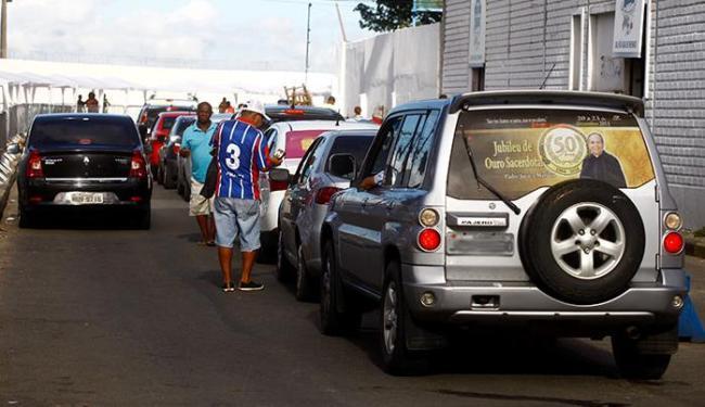 Condutores chegam a esperar uma hora e meia para conseguir embarcar - Foto: Edilson Lima | Ag. A TARDE